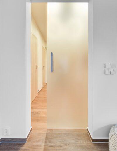 Interiérové dveře - posuvné celoskleněné dveře