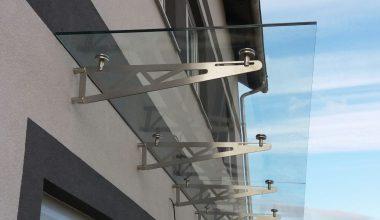 Vchodová skleněná stříška nad dveře