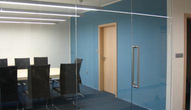 Celoskleněná stěna a dveře do zasedací místnosti