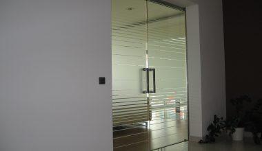 Celoskleněné posuvné dveře – realizace: Brno